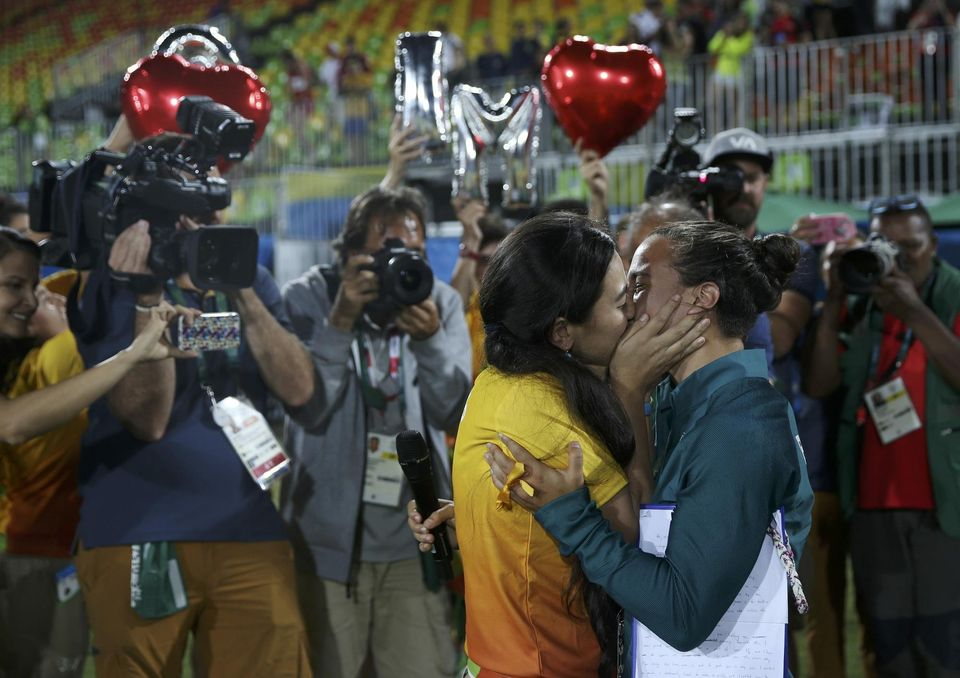 Isadora_Cerullo-kiss-Marjorie_Enya-Rugby-Women-RIO2016-lesbians